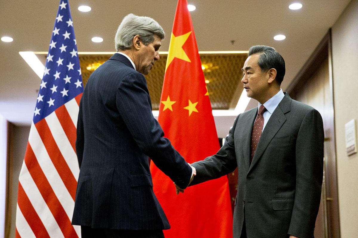 Kerry estrecha la mano a Wang Yi, ministro de Exteriores de China. (Foto: AFP)