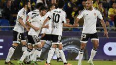 Los jugadores del Valencia celebran el gol de Rodrigo. (AFP)