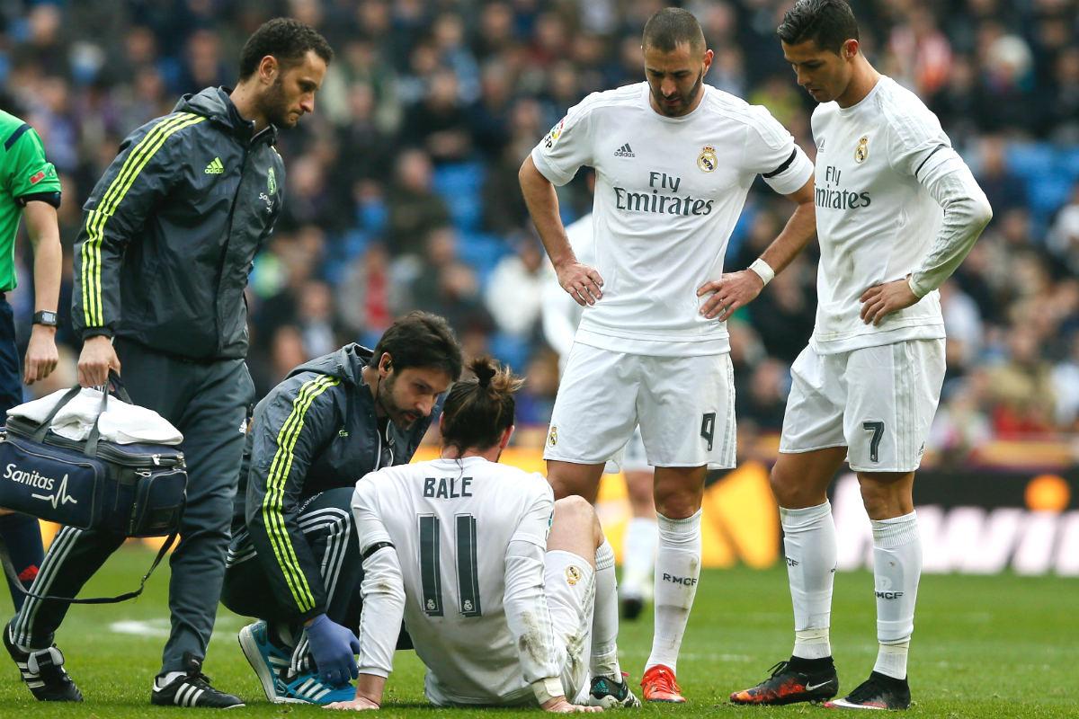 Benzema y Cristiano observan a Bale atendido en el suelo. (EFE)