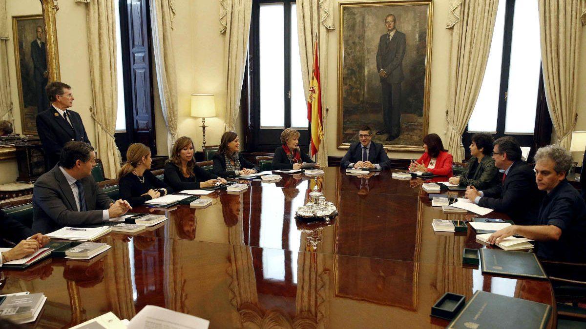Primera reunión de la Mesa del Congreso tras el 20D. (Foto:EFE)
