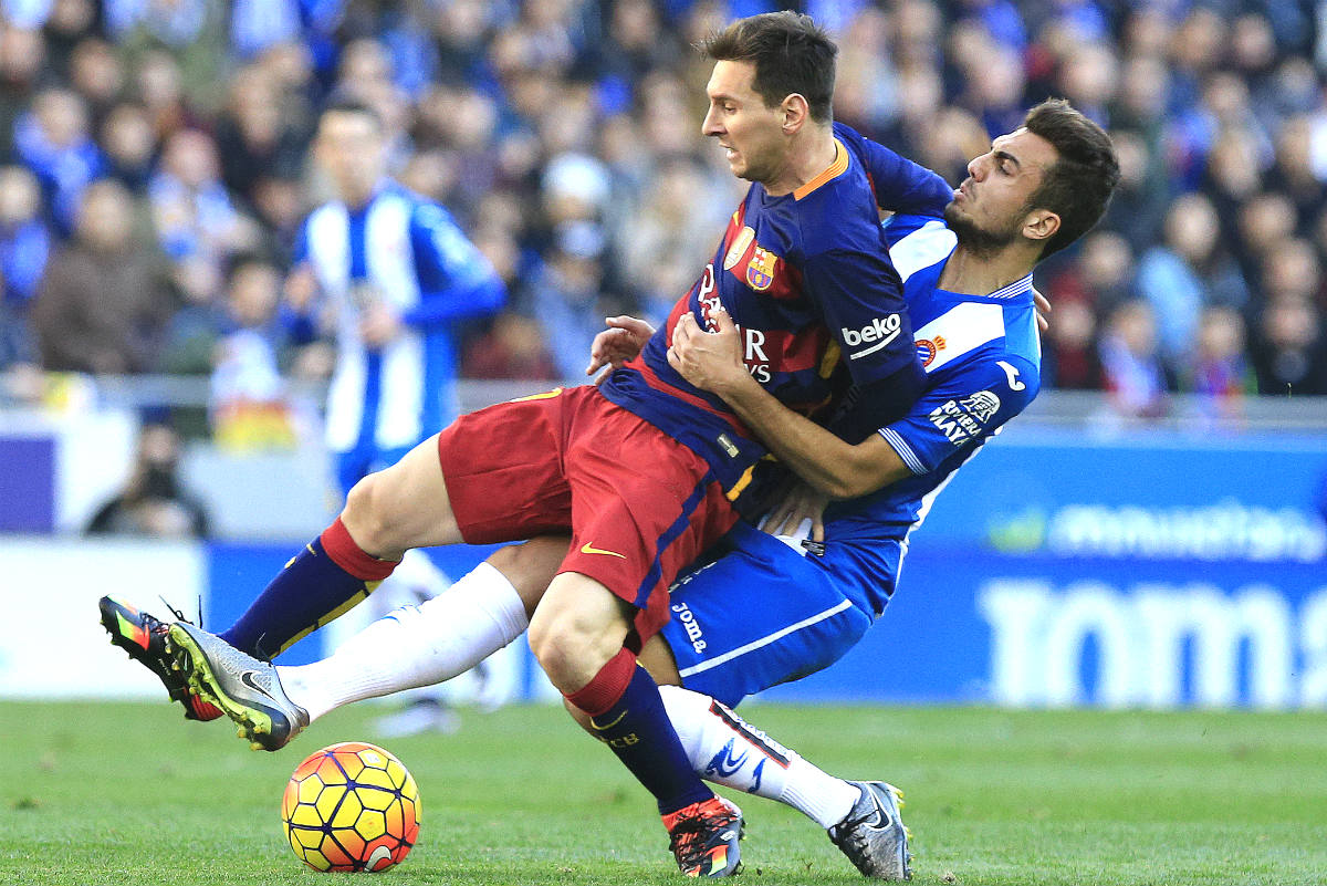 Messi sufre la entrada de Abraham González. (AFP)