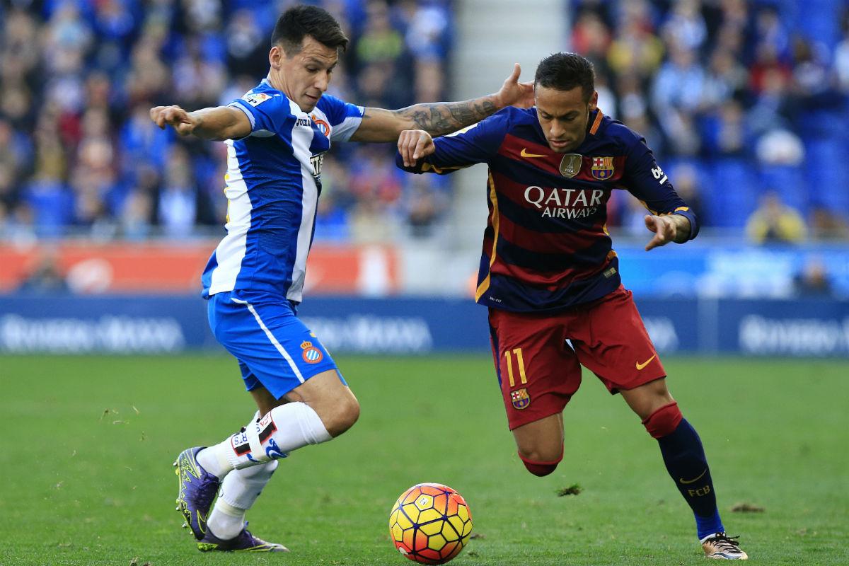Neymar intenta un regate en el partido de Cornellà. (AFP)
