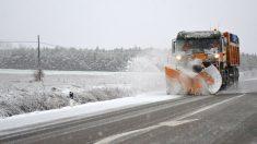 Una máquina quita nieve en la provincia de Palencia (Foto: Efe).