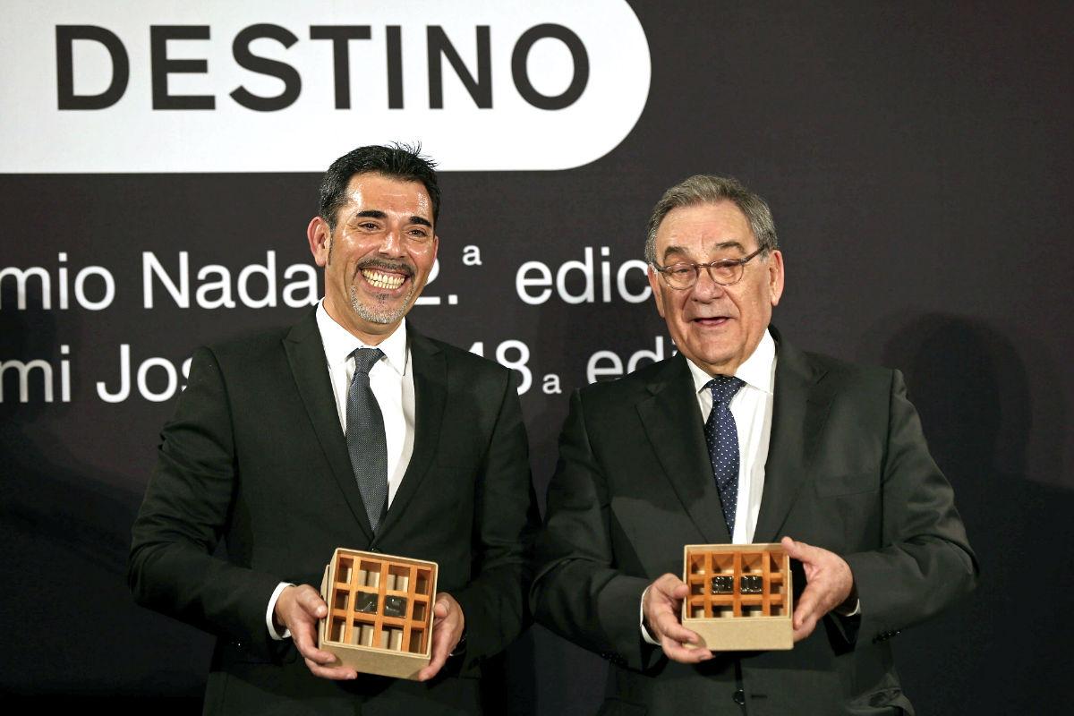 Víctor del Árbol y el ganador del premio Josep Pla, Lluís Foix (Foto: Efe).