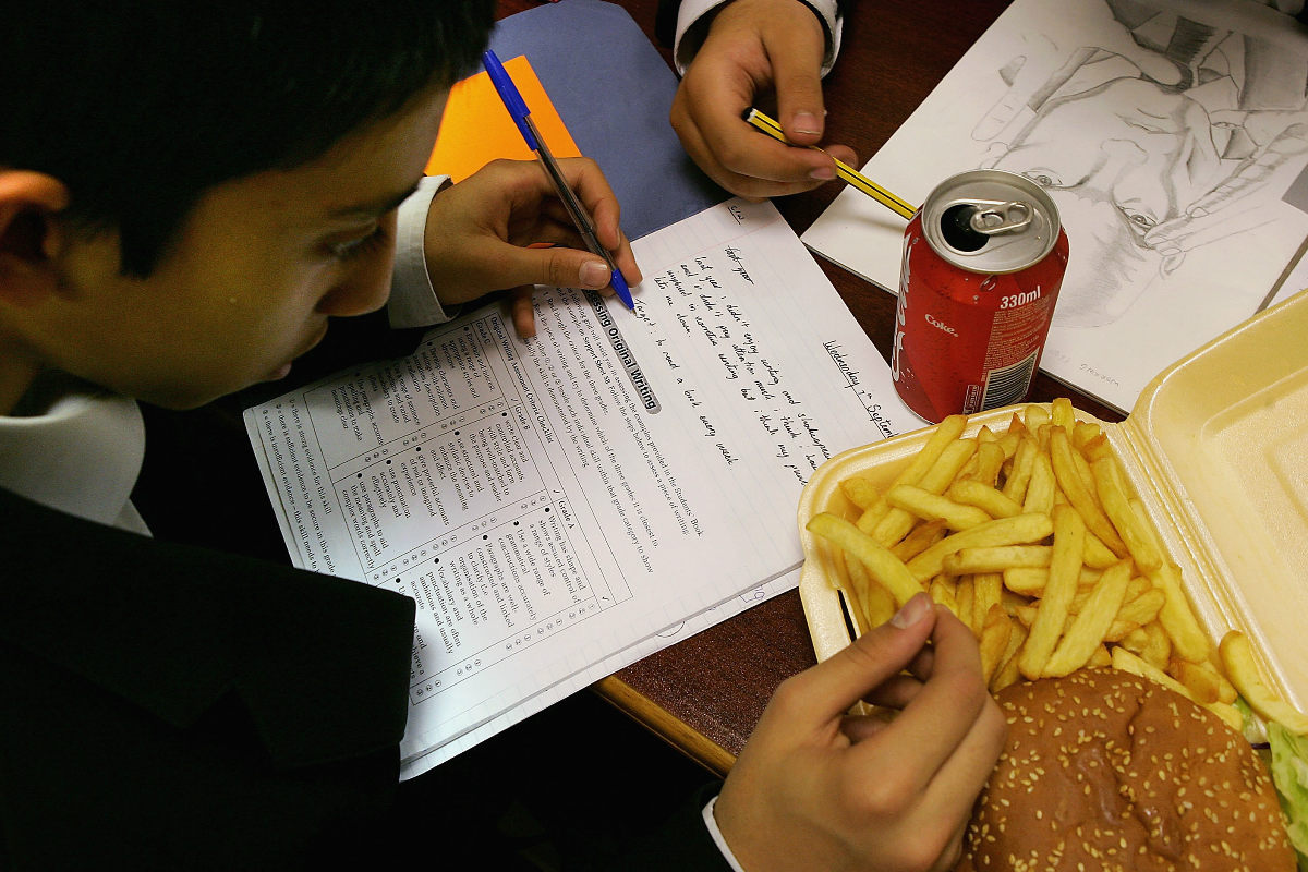 El aumento del consumo de comida basura por parte de los niños es una de las causas de la obesidad infantil