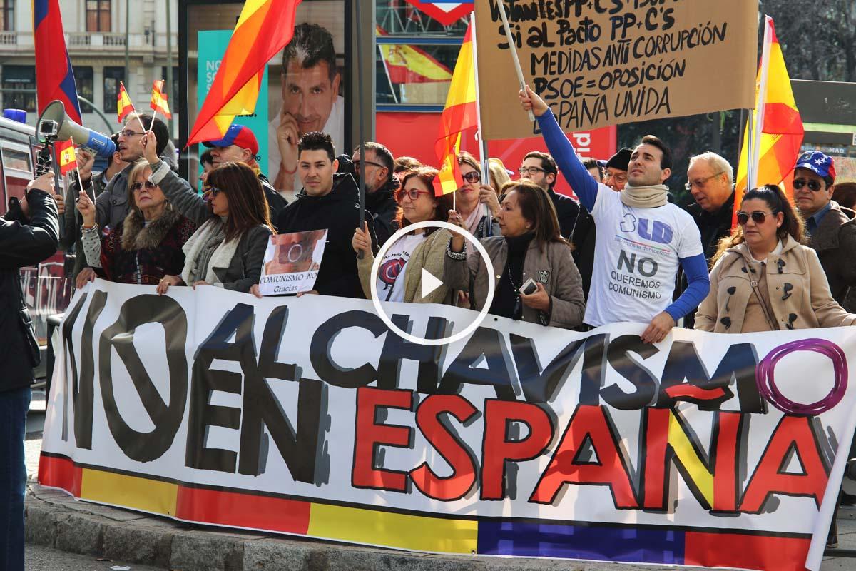 Opositores al régimen de Maduro ante la sede de Podemos en Madrid. (Foto: Patricia García)