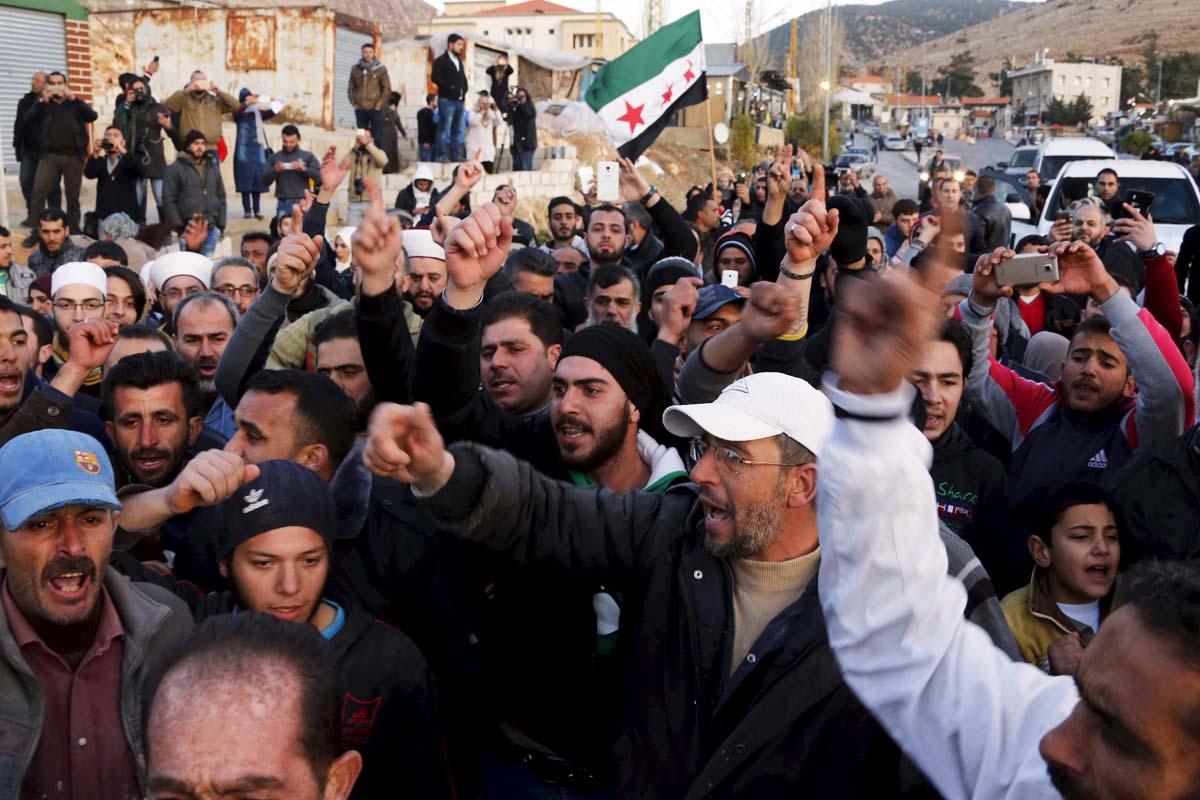 Opositores sirios portando su bandera (Foto: Reuters)