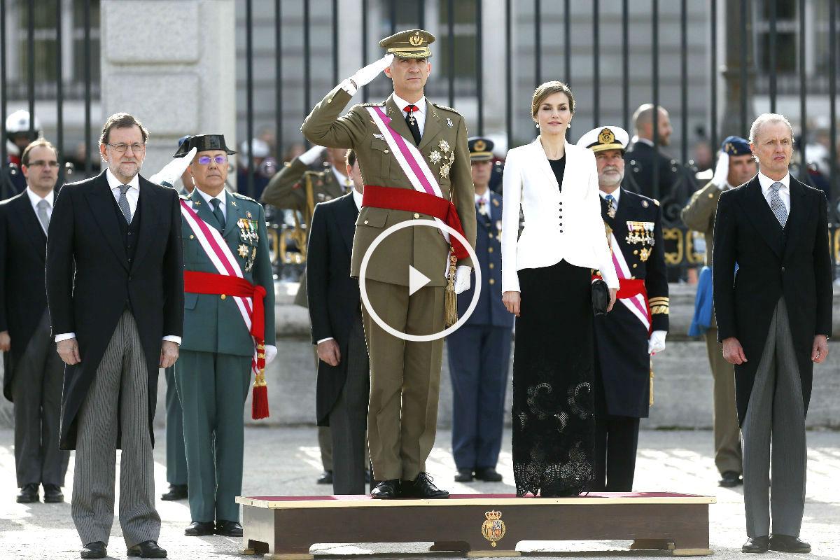 Los Reyes acompañados de Rajoy y Morenés en la Pascua Miltar (Foto: Efe).