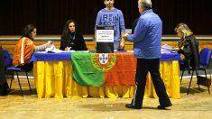Un hombre vota en las elecciones presidenciales de Portugal (Foto: AFP).