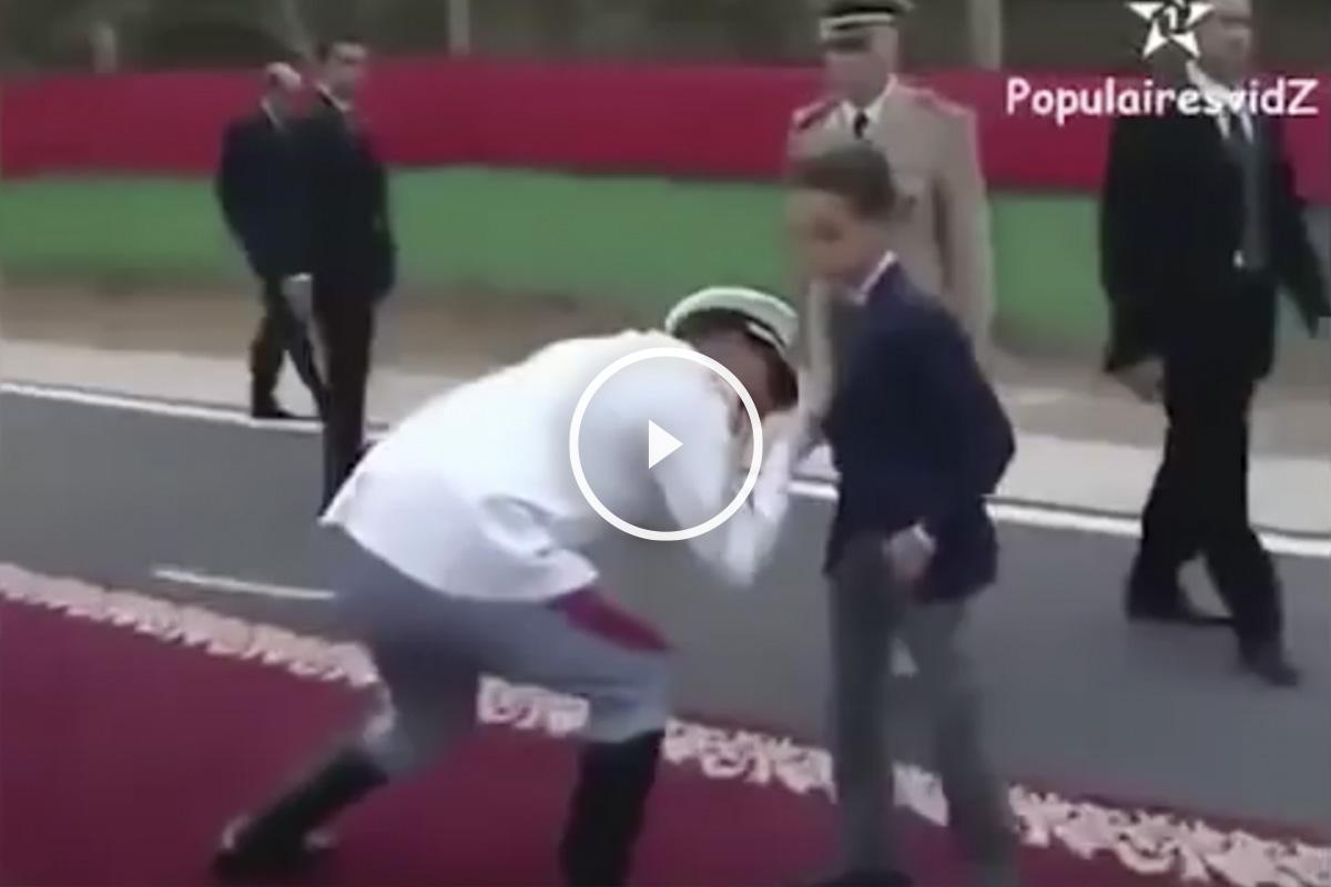 El príncipe marroquí rompe así con el protocolo
