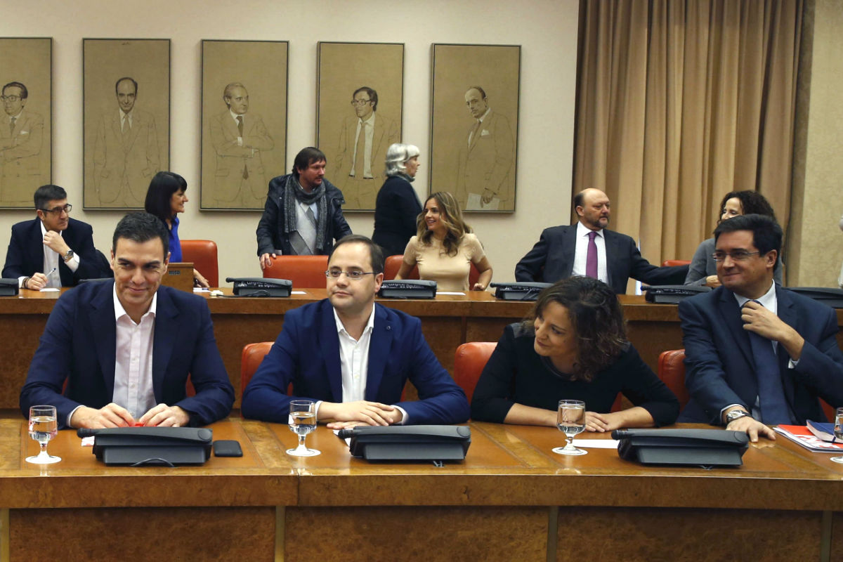 El secretario general del PSOE, Pedro Sánchez, acompañado del secretario de Organización, César Luena, y del portavoz en el Senado, Óscar López (Foto: Efe)