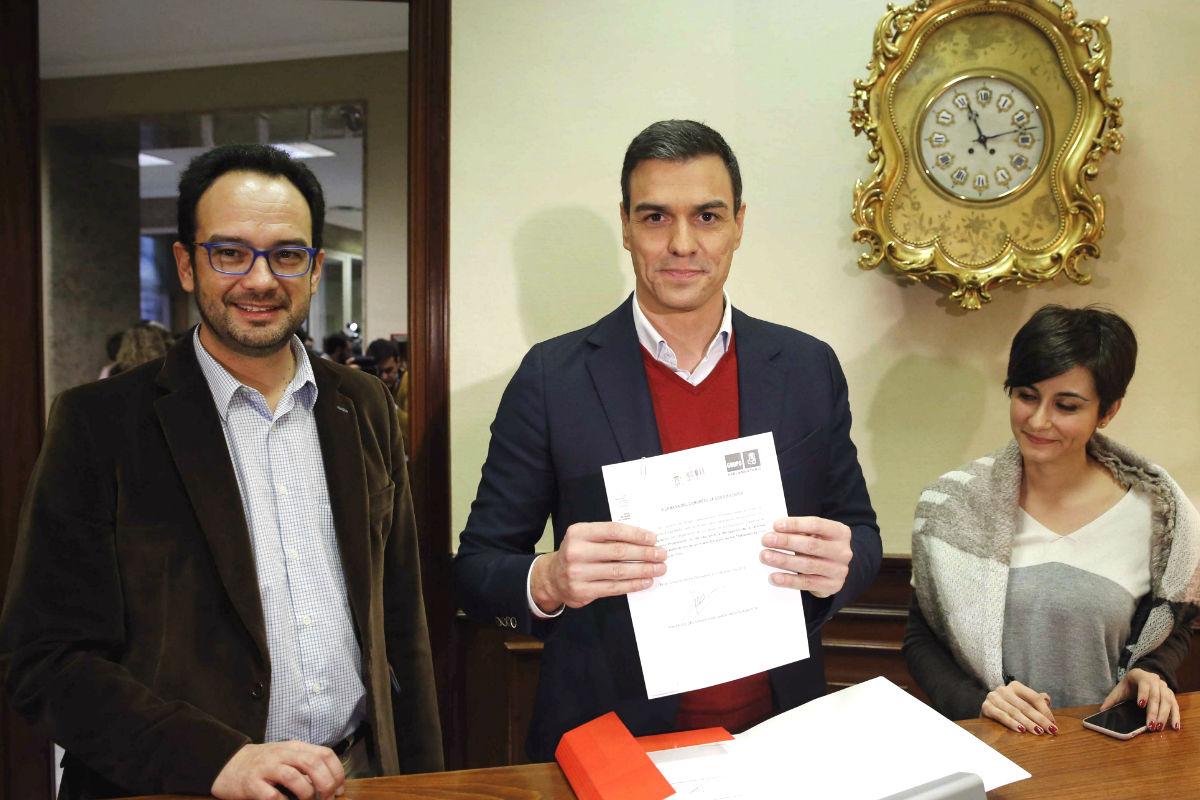 El secretario general del PSOE, Pedro Sánchez (d), acompañado por el portavoz de su grupo en el Congreso, Antonio Hernando, y la diputada Isabel Rodríguez (Foto: Efe)