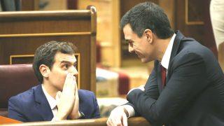 El secretario general del PSOE, Pedro Sánchez, conversa con el líder de Ciudadanos, Albert Rivera. (Foto:EFE)