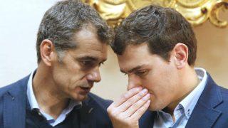 El presidente de Ciudadanos, Albert Rivera (d), junto al diputado de su formación Toni Cantó. (Foto: EFE)