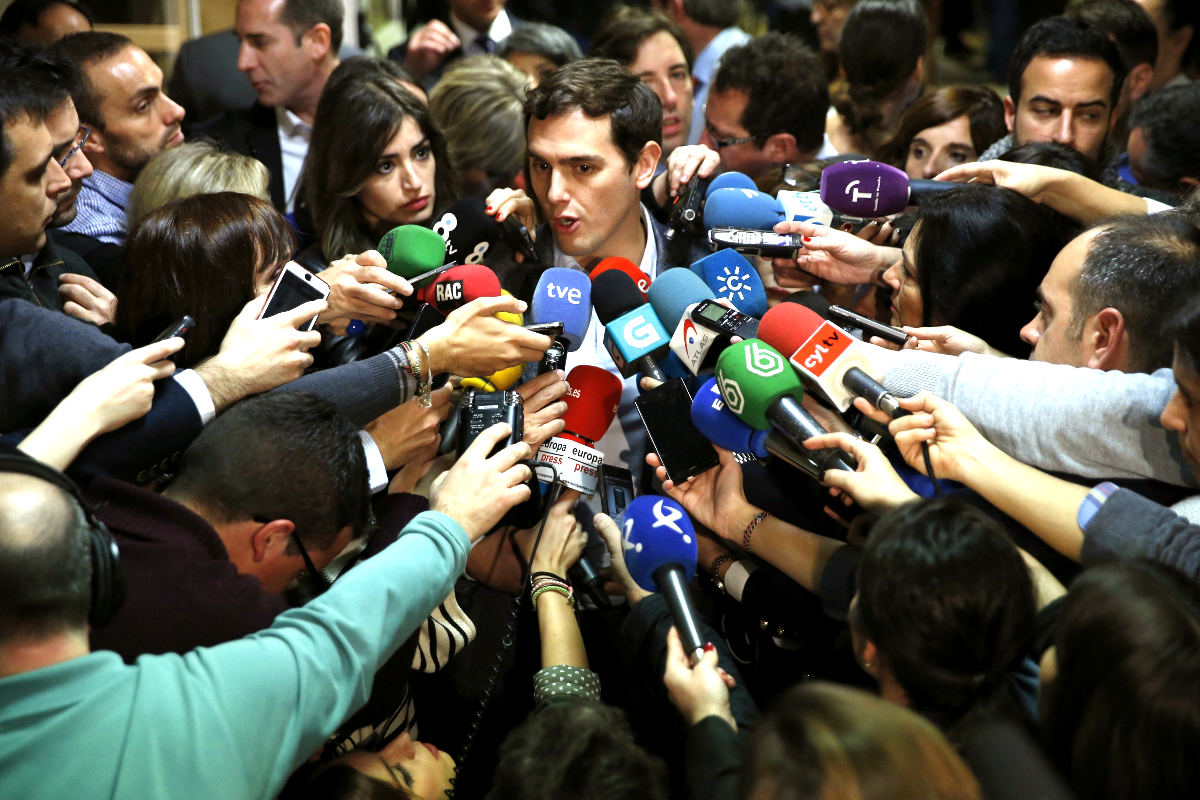 El líder de Ciudadanos, Albert Rivera, declara ante los medios tras recoger su acta como diputado. (Foto: EFE)
