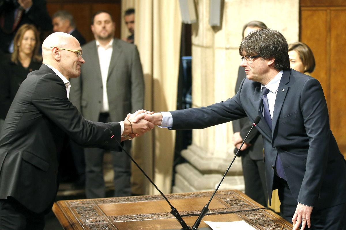 Raül Romeva saluda al entonces president catalán Carles Puigdemont (Foto: Efe).