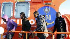 Varios inmigrantes subsaharianos rescatados por un buque de Salvamento Marítimo (Foto: EFE)