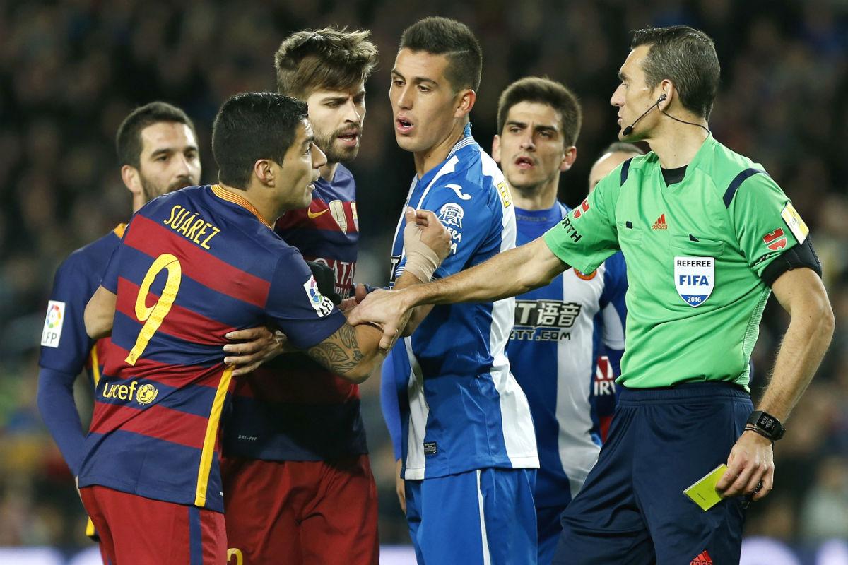 Luis Suárez se encara con los jugadores del Espanyol en presencia de Martínez Munuera. (EFE)