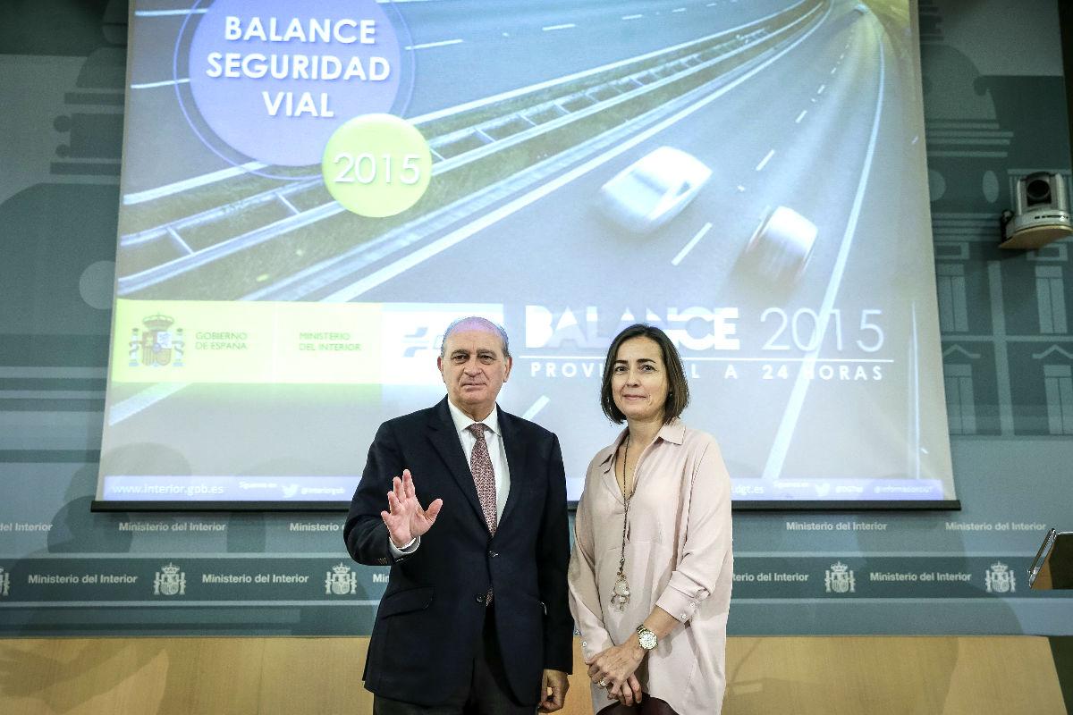 El ministro del Interior, Jorge Fernández Díaz, y la directora general de Tráfico, María Seguí, durante la presentación del balance de tráfico de 2015 (Foto: Efe).