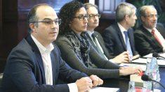 Los diputados de Junts pel Sí, Jordi Turull (i) y Marta Rovira (2i) durante una reunión celebrada en la mesa del Parlament (Foto: Efe)