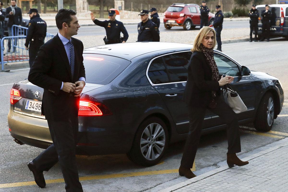 Doña Cristina y su marido llegan al recinto en el que se celebró el juicio (Foto: EFE)