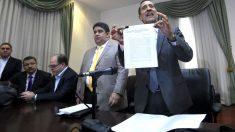 El diputado opositor José Guerra muestra el documento de rechazo (Foto: AFP).