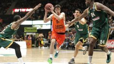 Guillem Vives entra a canasta ante la mirada de tres jugadores de Limoges. (EFE)