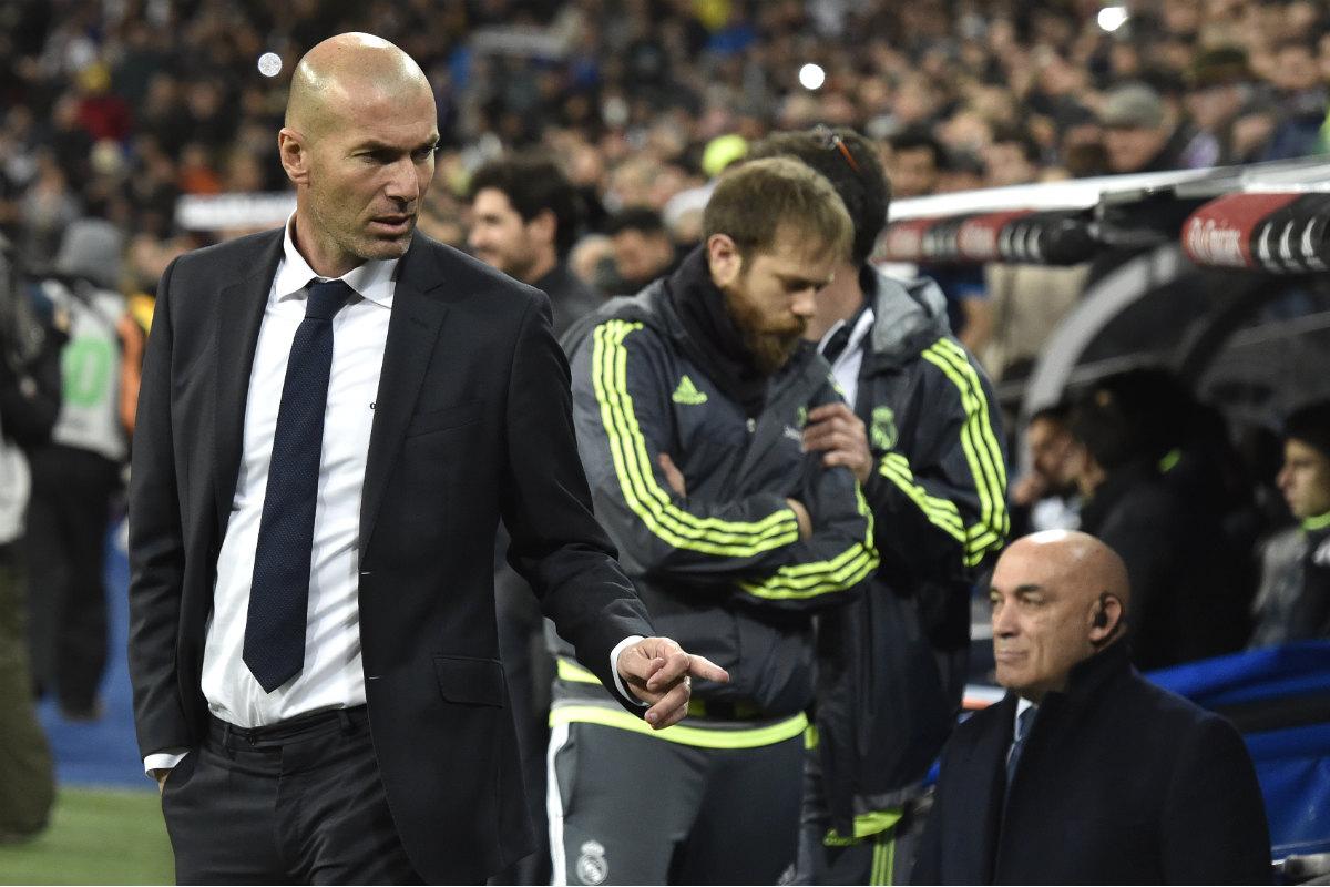 Zidane señala al banquillo en el partido ante el Depor. (AFP)