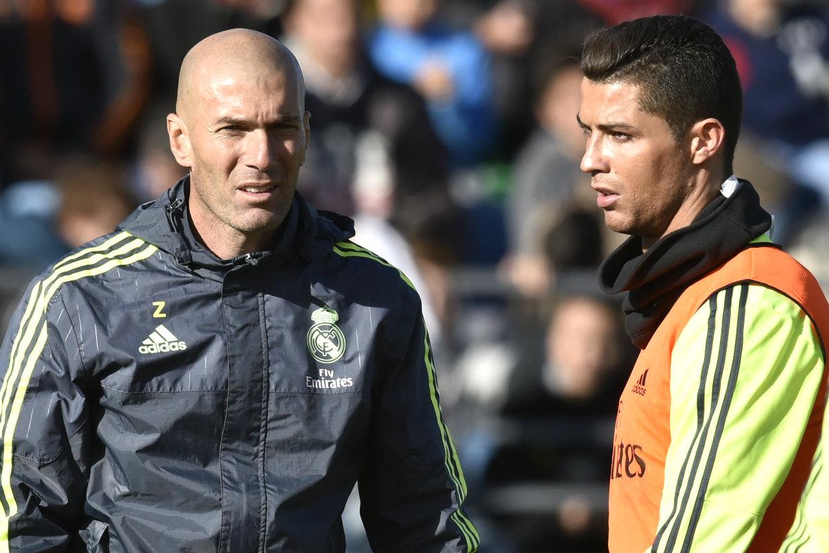 Zinedine Zidane, junto a Cristiano Ronaldo en un entrenamiento en Valdebebas. (AFP)