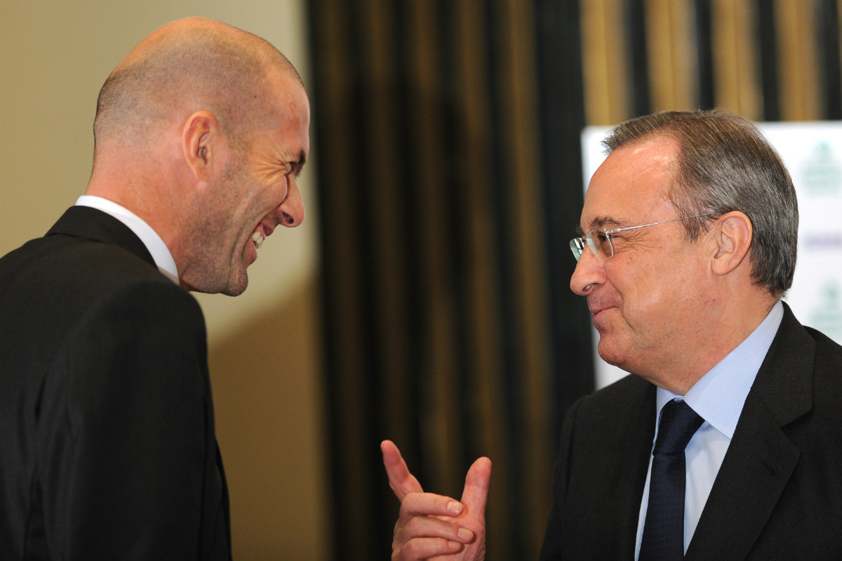 Zinedine Zidane, junto a Florentino Pérez. (AFP)