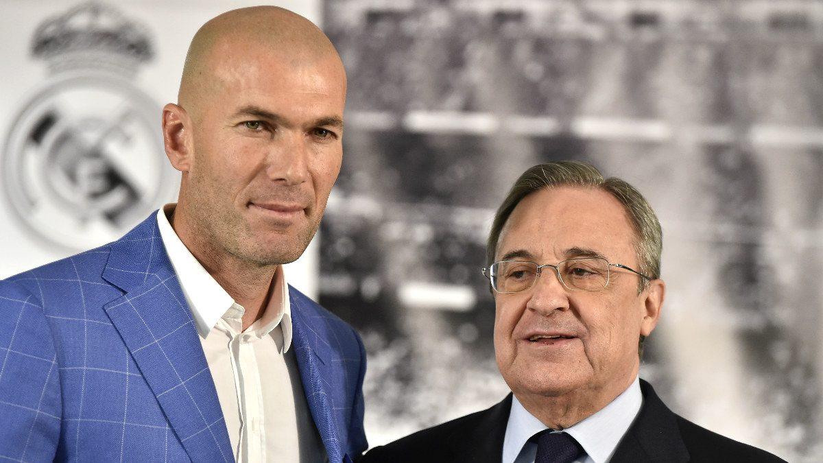 Zidane, junto a Florentino Pérez. (AFP)