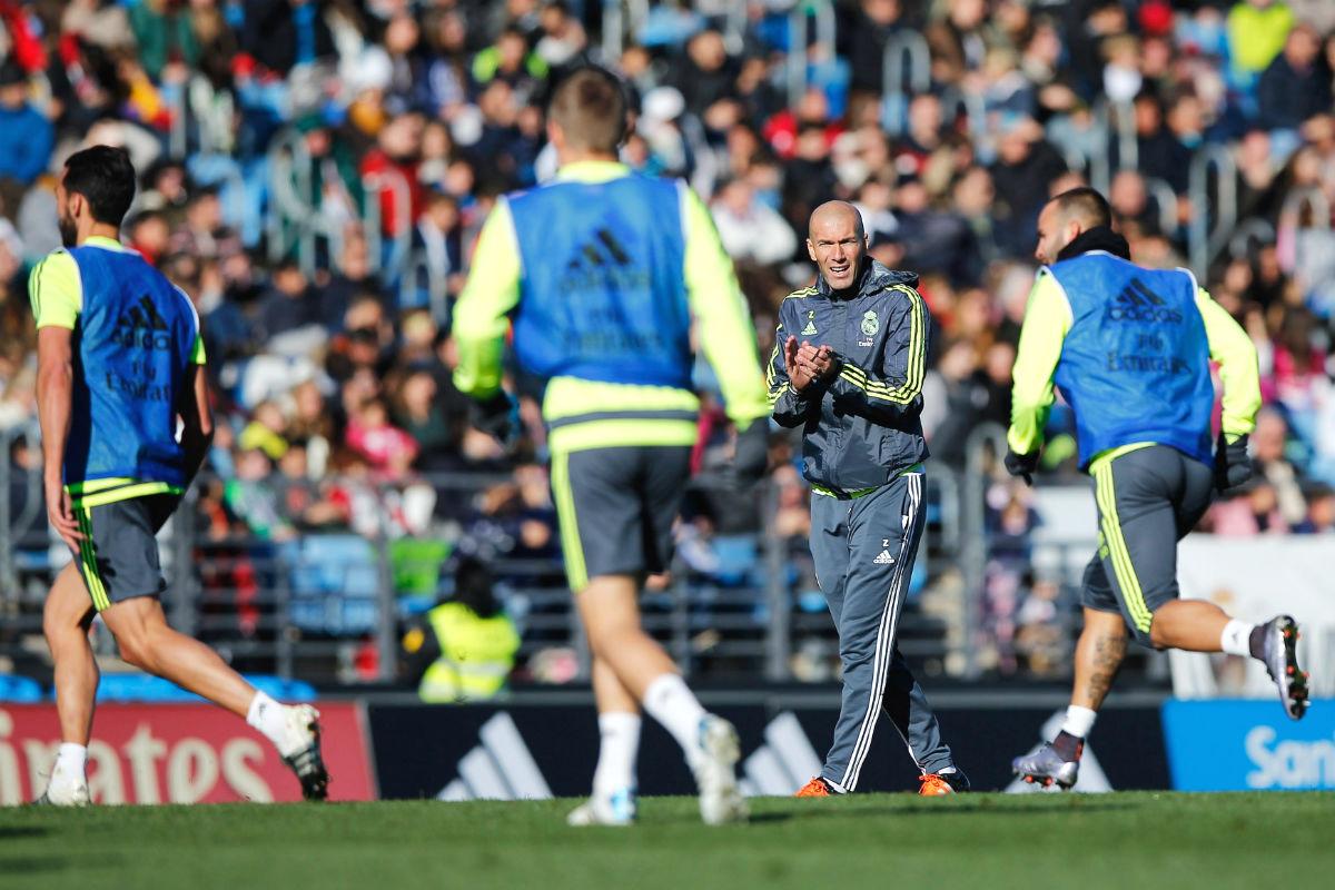 Zidane anima a sus jugadores en un entrenamiento. (Getty)