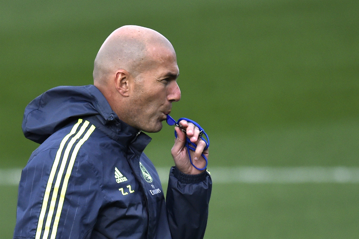 Zidane, con el silbato en el entrenamiento previo al partido ante el Depor. (AFP)