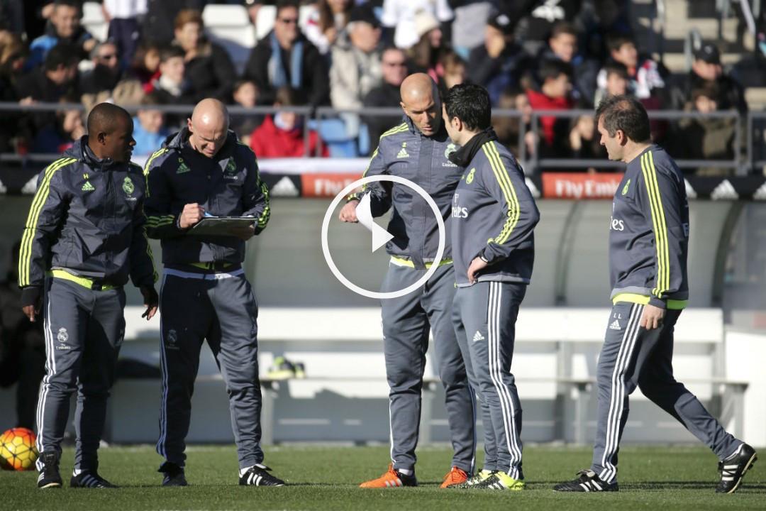 Zidane, junto a sus ayudantes en su primer entrenamiento. (EFE)