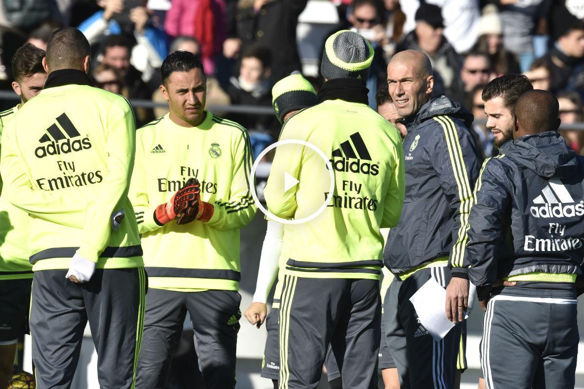Zidane dialoga con los jugadores en su primer entrenamiento. (AFP)