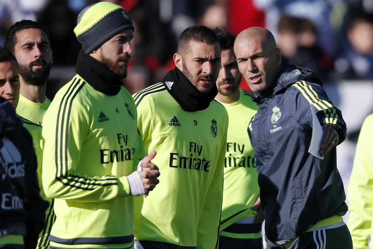 Zidane da instrucciones a Benzema en el entrenamiento. (Reuters)