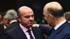 De Guindos en Bruselas con el comisario francés Moscovici responsable de las cuentas de los 28. (Foto: AFP)