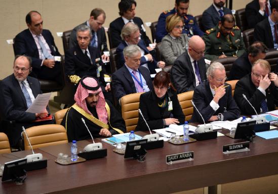 Representantes de la Defensa de Arabia Saudí, Eslovenia y España, este jueves en Bruselas. (Foto: AFP)