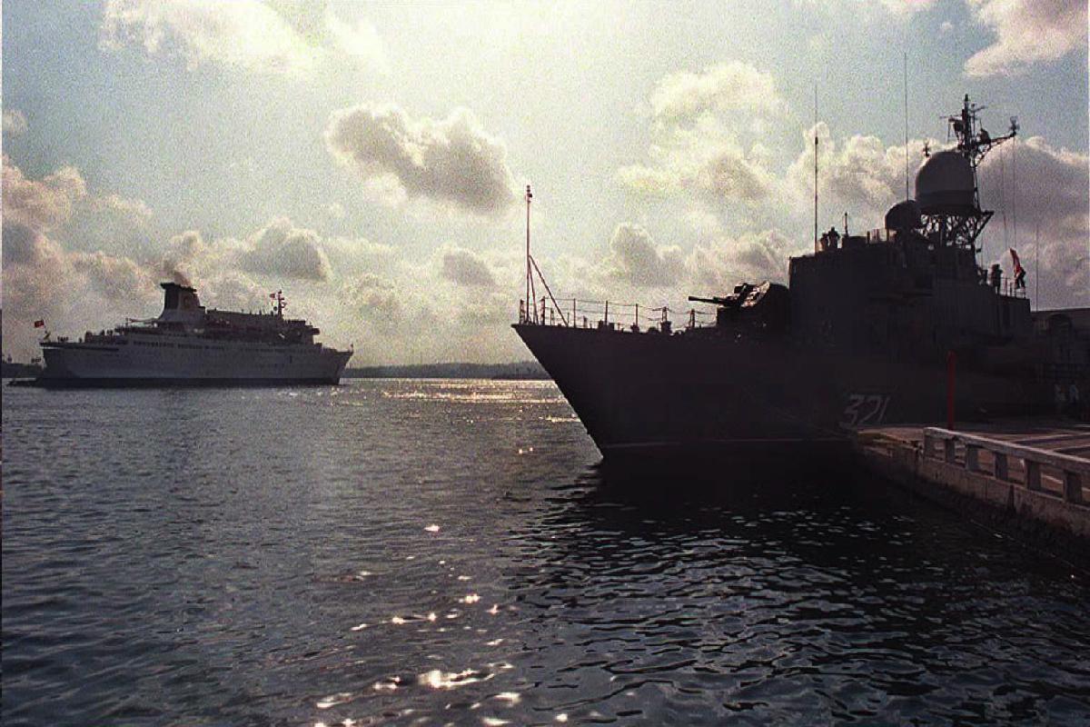 Un buque militar preparado para desembarcar. (Foto: AFP)