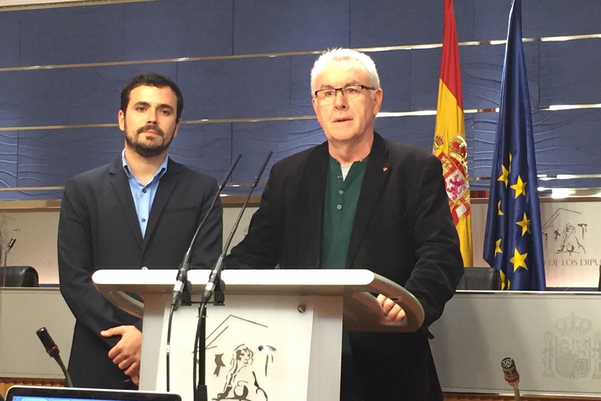 Alberto Garzón y Cayo Lara en rueda de prensa en el Congreso. (Foto: Nuria Val)