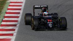 Fernando Alonso subido al MP4-31 durante los test en Barcelona (Getty)