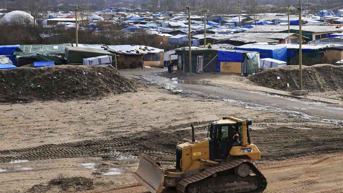 Un bulldozer en la 'jungla' de Calais (Foto: Reuters)