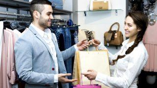 Un dependiente atiende a una clienta en un comercio. (Foto: Getty/iSTock)