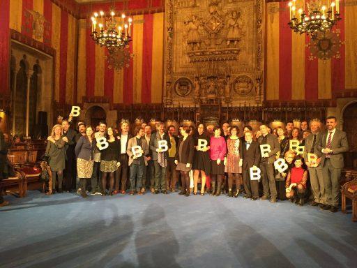 Ada Colau junto a los premiados. (Foto: Twitter)