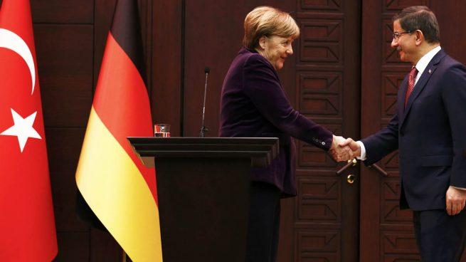 Turquía comunica a Merkel que seguirá combatiendo a los atacantes kurdos en Siria pese a la presión internacional