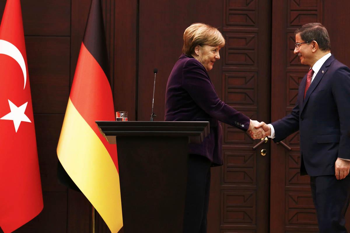 El primer ministro de Turquía Davutaglu y Angela Merkel en una imagen de archivo (Foto: Reuters)