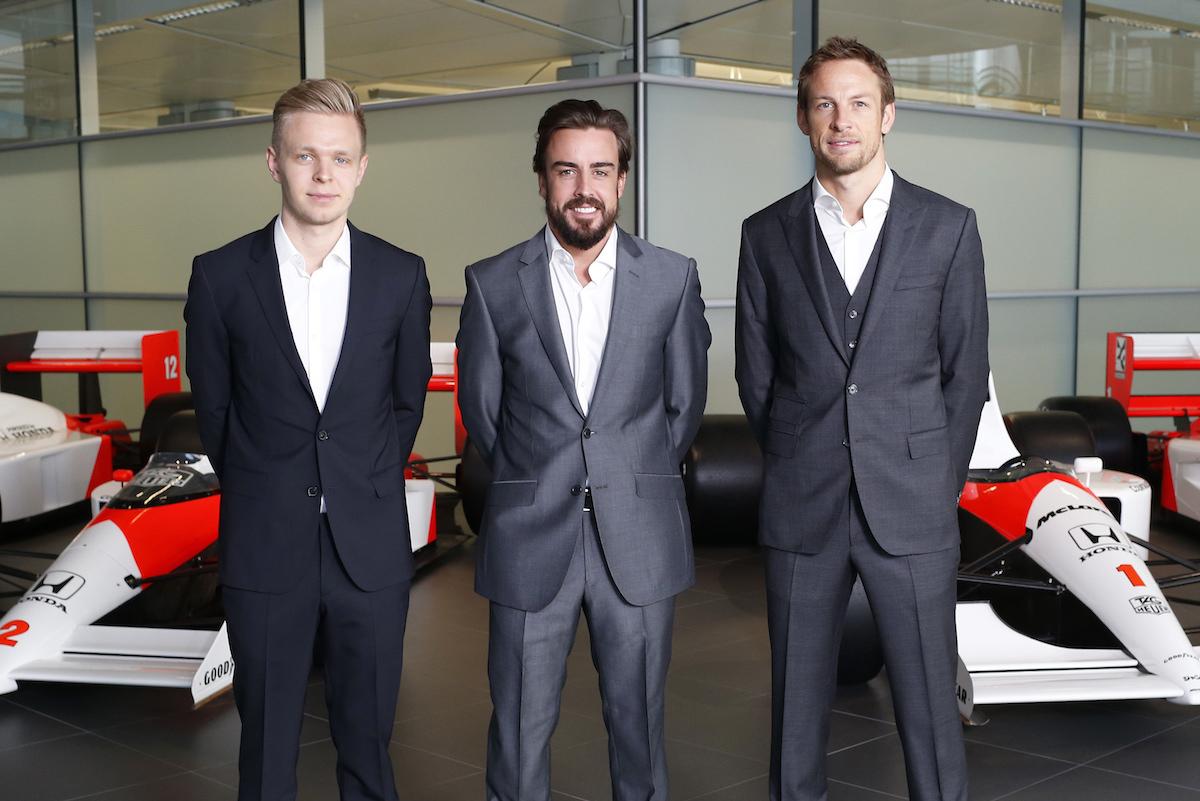 Fernando Alonso posa con Kevin Magnussen a la izquierda. (Getty)
