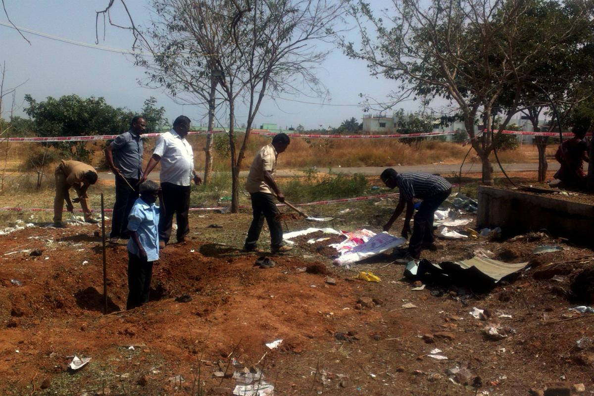 Autoridades indias inspeccionan el lugar del impacto al sur del país