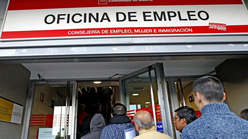 Desempleados hacen cola en una oficina de empleo en una imagen de archivo (Foto: EFE)