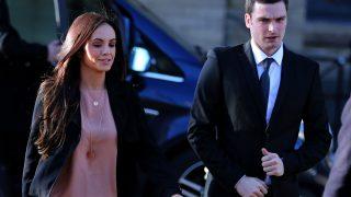 Adam Johnson y su novia, Stacey Flounders, a su llegada al tribunal. (Foto: Getty)